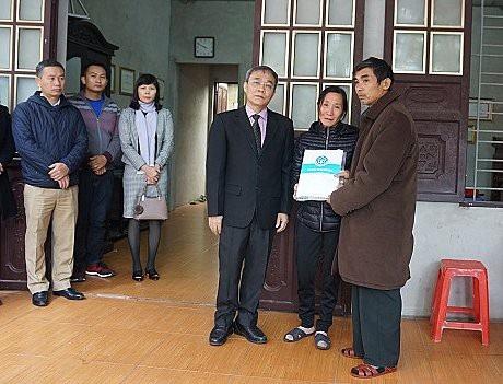 Phó Tổng Giám đốc BHXH Việt Nam Phạm Lương Sơn trao chế độ tai nạn lao động cho thân nhân phóng viên Đinh Hữu Dư.