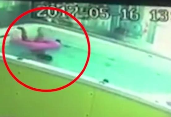 Chiếc phao bị lật úp nhấn chìm phần đầu của cậu bé xuống nước mà không ai phát hiện ra
