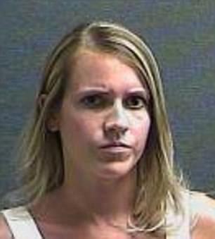 Christina Krups bị cảnh sát bắt giữ vì để con một tuổi trong xe giữa trời nắng nóng