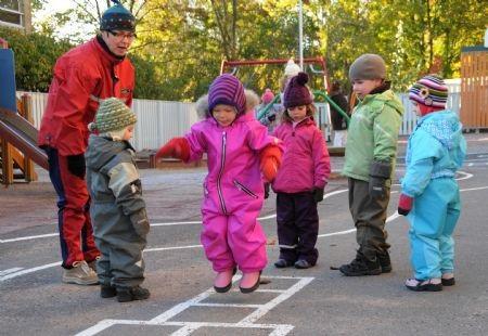 Trẻ mẫu giáo ở Phần Lan trong hoạt động ngoài trời.