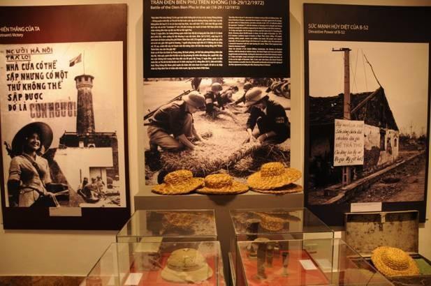 Hình ảnh và hiện vật được trưng bày tại triển lãm. Ảnh: HTTL.
