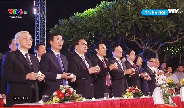 Các lãnh đạo Đảng, Nhà nước cùng toàn thể những người tham dự chương trình tại các đầu cầu cùng thắp nến tri ân.