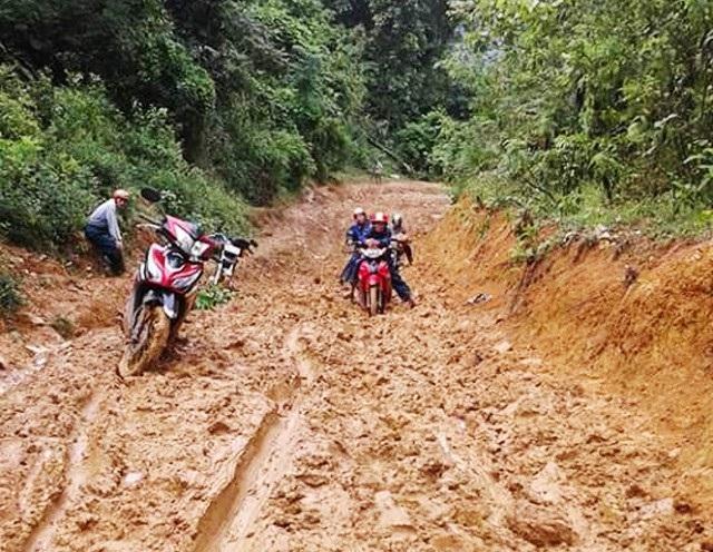 Đường đến trường của các thầy giáo Trường Tiểu học Tri Lễ 4 vào mùa mưa