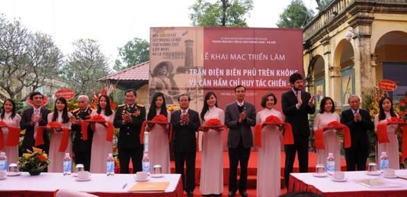 Các đại biểu cắt băng khai mạc triển lãm tại Hoàng thành Thăng Long. Ảnh: HTTL.