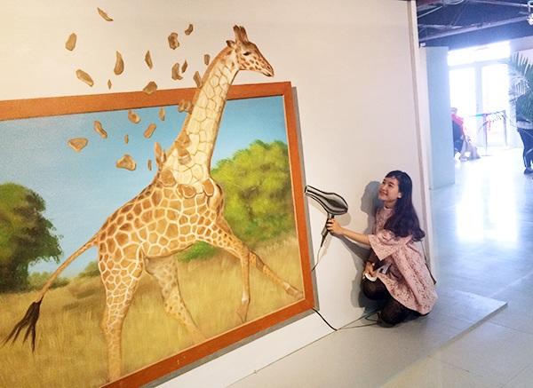 Triển lãm tranh 3D World Việt Nam 2017 khai mạc ngày 18/3 tại Hà Nội, là một trải nghiệm thú vị, đa sắc màu, kích thích đam mê khám phá cũng như sự sáng tạo mạnh mẽ cho khách tham quan.