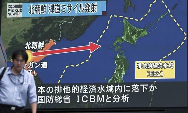 Truyền hình Nhật Bản đưa tin về vụ phóng tên lửa mới nhất của Triều Tien (Ảnh: Guardian)