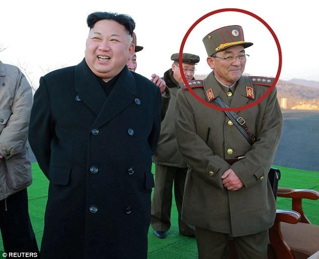 Tướng Kim Rak-gyom (phải) đứng cạnh nhà lãnh đạo Triều Tiên Kim Jong-un (Ảnh: Reuters)