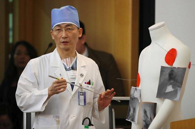 Bác sĩ Lee Cook-jong - người trực tiếp điều trị cho binh sĩ Triều Tiên (Ảnh: Reuters)