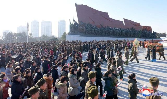 Theo Kyodo, từ sáng sớm ngày 17/12, hàng nghìn người Triều Tiên đã đổ về Đồi Mansu ở thủ đô Bình Nhưỡng, cúi đầu trước tượng đài và chân dung hai cố lãnh đạo Kim Nhật Thành và Kim Jong-il để tưởng niệm 6 năm ngày mất của ông Kim Jong-il. (Ảnh: Reuters)