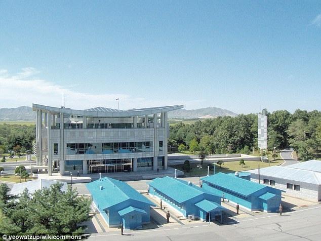 """Nơi được xem là căng thẳng tại khu DMZ liên Triều là """"Khu An ninh chung (JSA)"""" ở làng đình chiến Panmunjom. Tại đây, binh sĩ Triều Tiên và Hàn Quốc cùng nhau đứng gác và đối mặt trong suốt hơn 60 năm qua kể từ khi hai nước ký thỏa thuận ngừng bắn. Giới chức Triều Tiên và Hàn Quốc có thể gặp nhau ở bên trong ngôi nhà tại JSA và khách du lịch cũng có thể tới thăm khu vực này. (Ảnh: Wikicommons)"""