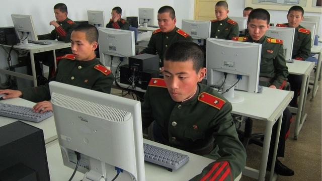 Các quân nhân Triều Tiên sử dụng máy tính. (Ảnh: CBS)