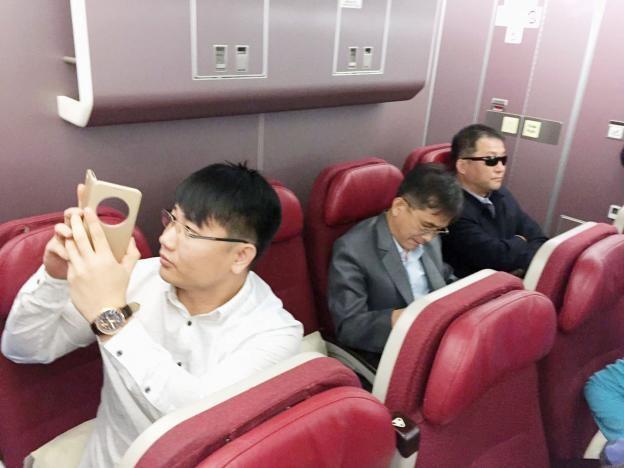 Hành khách được cho là các nghi phạm Triều Tiên trên chuyến bay rời Malaysia tới Bắc Kinh tối 30/3. (Ảnh: Reuters)