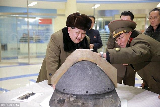 Nhà lãnh đạo Kim Jong-un và các tướng lĩnh quân đội kiểm tra một đầu đạn hạt nhân gắn trên tên lửa của Triều Tiên (Ảnh: Reuters)