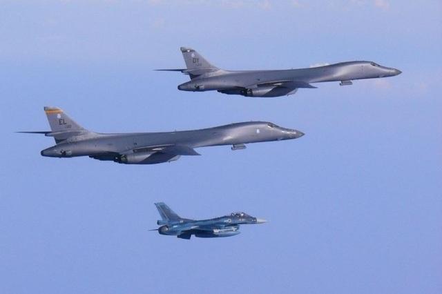 Hai máy bay B-1 của Mỹ và một máy bay chiến đấu F-2 của Nhật Bản bay trên không phận Nhật Bản trong cuộc diễn tập chung ngày 30/7 (Ảnh: Không quân Mỹ)