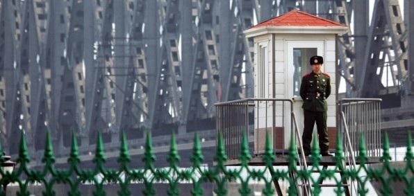 Binh sĩ Trung Quốc đứng gác tại biên giới Trung Quốc - Triều Tiên (Ảnh: Korea Times)