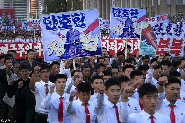 Người Triều Tiên tuần hành chống Mỹ ở thủ đô Bình Nhưỡng (Ảnh: AP)