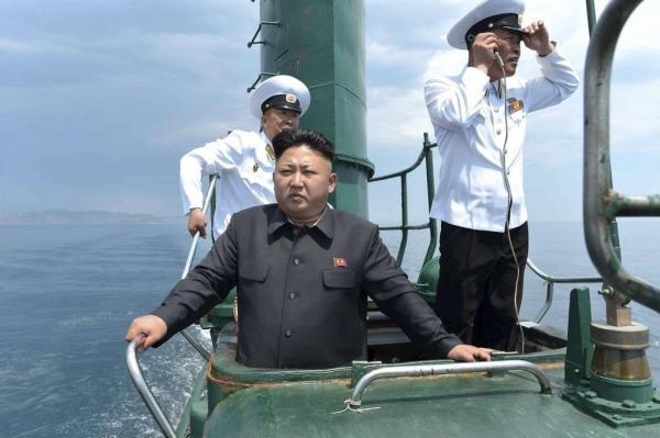 Nhà lãnh đạo Kim Jong-un thị sát lực lượng hải quân trên tàu ngầm lớp Romeo (Ảnh: KCNA)