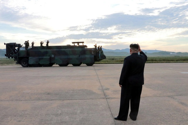 Nhà lãnh đạo Triều Tiên Kim Jong-un thị sát vụ phóng tên lửa qua Nhật Bản hôm 15/9. (Ảnh: Reuters)