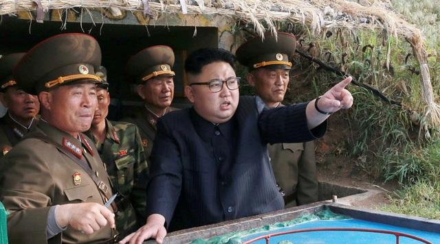 Nhà lãnh đạo Triều Tiên Kim Jong-un và các quan chức quân đội (Ảnh: Reuters)