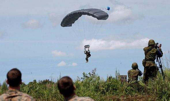 Một cuộc diễn tập nhảy dù của binh sĩ Mỹ. (Ảnh: Reuters)