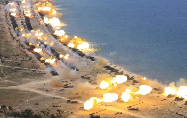 Xe tăng và các bệ phóng tên lửa Triều Tiên tham gia tập trận bên bờ biển (Ảnh: Reuters)