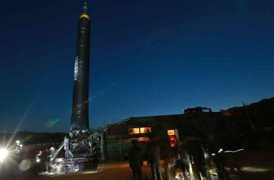 Các bức ảnh của Rodong Sinmun cho thấy, công tác chuẩn bị cho vụ phóng tên lửa được diễn ra từ tờ mờ sáng.