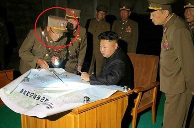 Tướng Kim Rak-gyom (ngoài cùng bên trái) trao đổi với ông Kim Jong-un và các tướng lĩnh quân đội khác. (Ảnh: Reuters)
