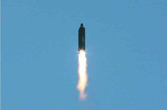 Cũng theo KCNA, tên lửa này đã bay được một chặng đường dài 787km, đạt tới tọa độ hơn 2.111km trước khi rơi xuống vùng biển Nhật Bản.