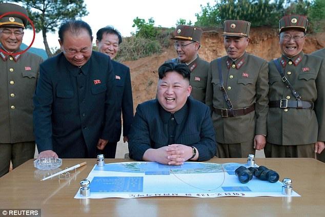 Ông Kim Rak-gyom (ngoài cùng bên trái, theo một số hãng tin) tham gia một vụ phóng tên lửa của Triều Tiên. (Ảnh: Reuters)