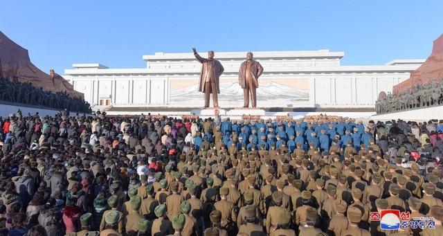 Các đơn vị thuộc lực lượng quân đội Triều Tiên cũng tập trung trước tượng đài hai cố lãnh đạo và cúi đầu tưởng niệm. (Ảnh: Reuters)