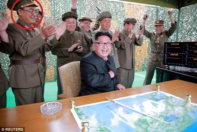 Tướng Kim Rak-gyom (ngoài cùng bên trái, theo hãng tin Yonhap) vỗ tay chúc mừng thành công của một vụ phóng tên lửa. (Ảnh: Reuters)