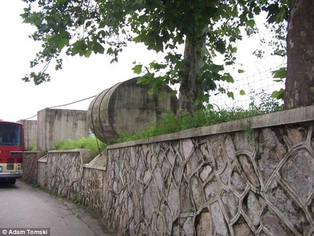 Vật thể có cấu trúc lạ xuất hiện ở một bên đường phía Triều Tiên, được cho là có tác dụng để bẫy xe tăng đối phương. (Ảnh: Adam Tomski)