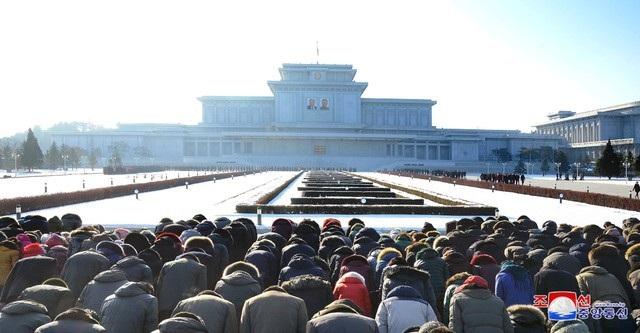 Cố lãnh đạo Kim Jong-il mất ngày 17/12/2011 ở tuổi 69 do bị đau tim. Sau khi ông Kim Jong-il qua đời, con trai ông là nhà lãnh đạo Kim Jong-un đã thay cha nắm quyền lãnh đạo đất nước. (Ảnh: Reuters)