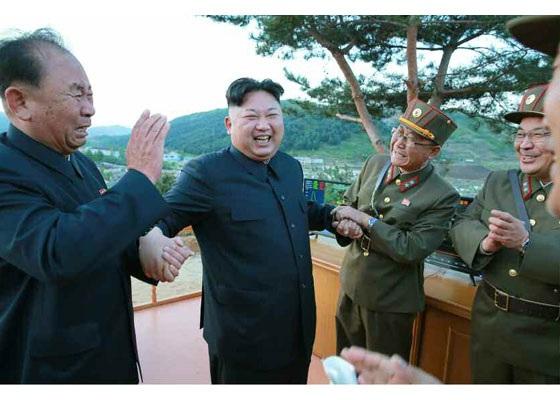 Nhà lãnh đạo Kim Jong-un cùng với các quan chức quân đội đã ăn mừng sự kiện phóng thử thành công tên lửa đạn đạo.