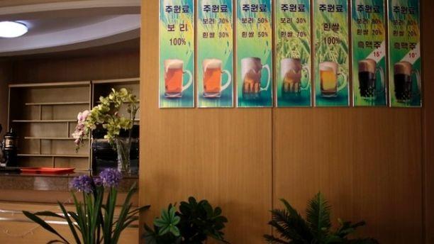 Mặc dù không phổ biến như rượu soju nhưng bia cũng là đồ uống được sử dụng rộng khắp tại Triều Tiên và được bán với giá rẻ. Nửa lít bia Taedonggang chỉ có giá khoảng 2 USD. Trong ảnh: Một nhà hàng trưng ảnh giới thiệu 7 loại bia đặc biệt của nhà máy bia Taedonggang.