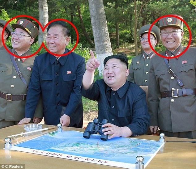 Từ trái qua phải trong vòng tròn đỏ: Ông Kim Jong Sik, ông Ri Pyong Chol và ông Jang Chang Ha (Ảnh: Reuters)