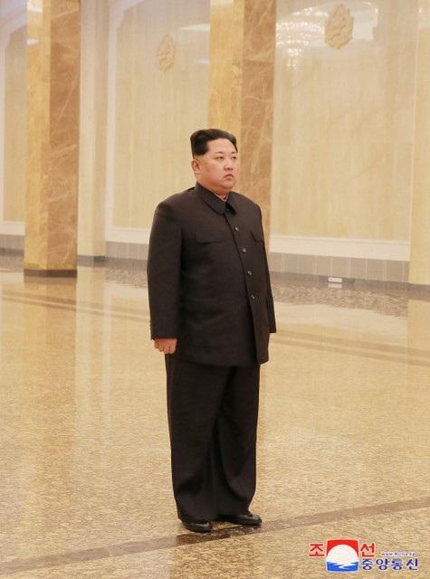 Ngoài các hoạt động diễn ra tại tượng đài, nhà lãnh đạo Kim Jong-un và các quan chức Triều Tiên cũng dự lễ tưởng niệm ở Cung điện Mặt trời Kumsusan, ngoại ô Bình Nhưỡng. Đây là khu lăng mộ đặt thi hài hai cố lãnh đạo Kim Nhật Thành và Kim Jong-il. (Ảnh: Reuters)