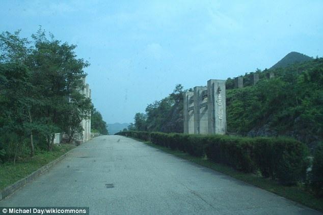 """Một số cây cột được cho là """"bẫy xe tăng"""" trên đường cao tốc ở Triều Tiên tại khu DMZ. (Ảnh: Wikicommons"""