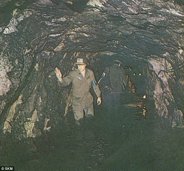 Hàn Quốc cho rằng Triều Tiên đã xây dựng hệ thống đường hầm dài hàng km và sâu hàng trăm mét ở bên dưới lòng đất. Những đường hầm này được sử dụng để làm nơi lưu trữ và thậm chí có cả khu vực để ngủ. Người dân ở thủ đô Seoul của Hàn Quốc cho biết họ vẫn nghe thấy tiếng ồn dưới lòng đất và cho rằng đó là âm thanh đào hầm từ phía Triều Tiên. (Ảnh: SKM)