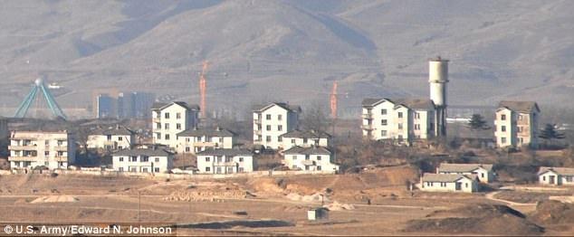 """Dọc khu DMZ, cả Triều Tiên và Hàn Quốc đều xây dựng các """"ngôi làng hòa bình"""". Ở phía Hàn Quốc, cư dân sống ở làng hòa bình Daeseong-dong được miễn nghĩa vụ quân sự và không phải đóng thuế. Còn tại Triều Tiên, ngôi làng Kijong-dong (ảnh) được cho là nhằm mục đích tuyên truyền khi chỉ có những người nông dân tới làng vào ban ngày còn ban đêm thì rời đi. (Ảnh: US. Army)"""