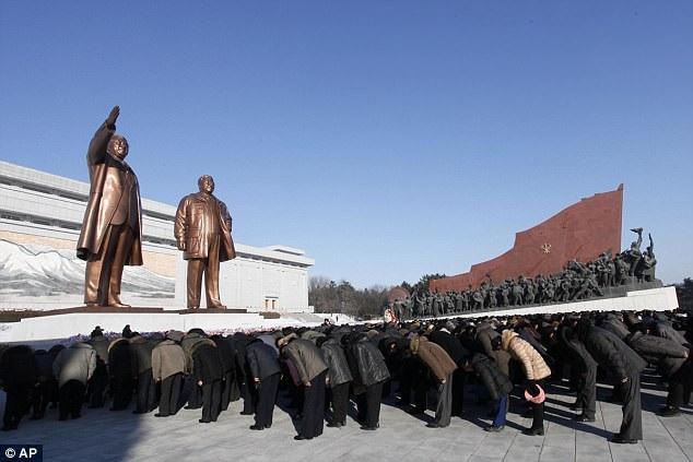 Theo Rodong Sinmun, bằng cách đồng sức đồng lòng đoàn kết bên cạnh nhà lãnh đạo Kim Jong-un, người dân Triều Tiên sẽ tiếp tục phấn đấu để đạt được dấu ấn vĩ đại trong sự nghiệp phát triển đất nước như cố lãnh đạo Kim Jong-il răn dạy. (Ảnh: AP)