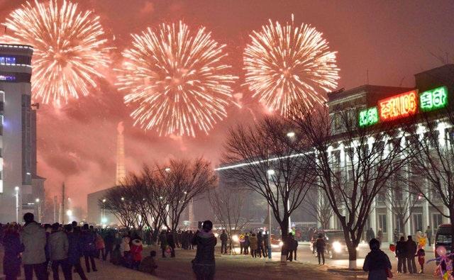 Pháo hoa rực sáng bầu trời thủ đô Bình Nhưỡng của Triều Tiên trong đêm giao thừa (Ảnh: Reuters)