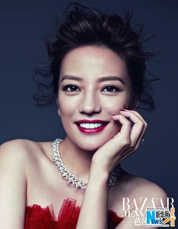 Song, Triệu Vy lại chọn cách sống giản dị và kín tiếng. Cô ít khi nói về bản thân trên mặt báo bất chấp những lời đồn thổi quanh đời tư của mình. Trong mắt đồng nghiệp, cô được khen là một phụ nữ thông minh, lanh lợi, cá tính và thẳng thắn.