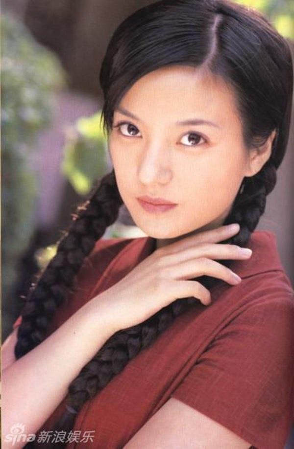 Sau Hoàn châu cách cách, cô tiếp tục hợp tác với Quỳnh Dao trong một tác phẩm truyền hình dài tập khác mang tên Tân dòng sông ly biệt. Cô vào vai Lục Y Bình cá tính, yêu sâu sắc nhưng mang đầy thù hận. So với Tiểu Yến Tử, Y Bình trầm lắng và mang một tính cách hoàn toàn khác.
