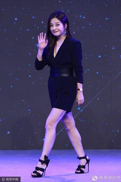 Triệu Vy trông vẫn rất săn chắc và trẻ trung ở tuổi 41. Cô vẫy tao chào khán giả và phóng viên có mặt tại sự kiện.