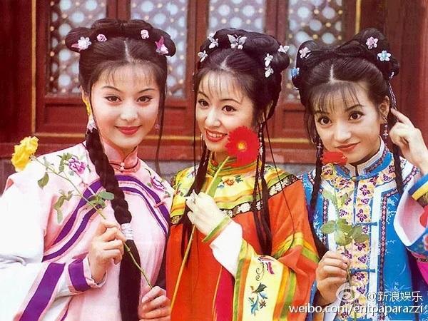 Triệu Vy (ngoài cùng bên phải) và hai bạn diễn Phạm Băng Băng, Lâm Tâm Như trong phần một và phần hai của bộ phim Hoàn châu cách cách (năm 1997). Bộ phim đã giúp Triệu Vy và nhiều đồng nghiệp của cô nổi tiếng khắp châu Á. Cô thể hiện xuất sắc hình ảnh một cô công chúa hờ lưu lạc bất ngờ được đưa vào cung và phải cố gắng thích nghi với cuộc sống đầy nguyên tắc nơi đây.
