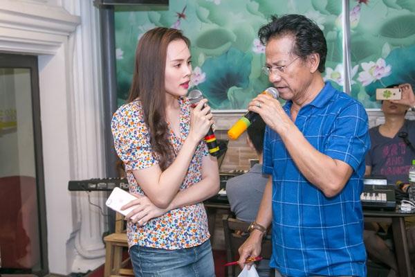 Lê Trinh hạnh phúc khi được hát song ca cùng danh ca Chế Linh trong liveshow diễn ra ngày 24/6 tại Hà Nội.