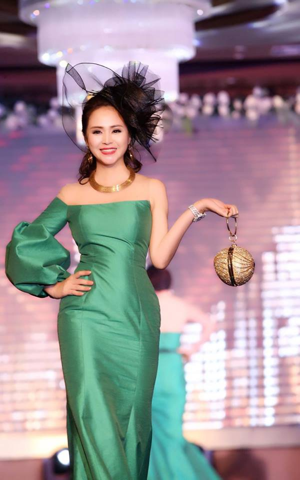 Nữ hoàng hoa hồng Bùi Thanh Hương trình diễn thiết kế của Tuyết Lê