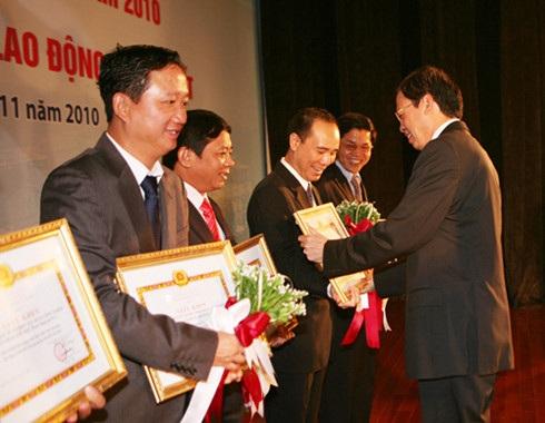 Ông Trịnh Xuân Thanh (ngoài cùng bên trái) trong một lần đón nhận Huân chương lao động của PVC (Ảnh: PVC).