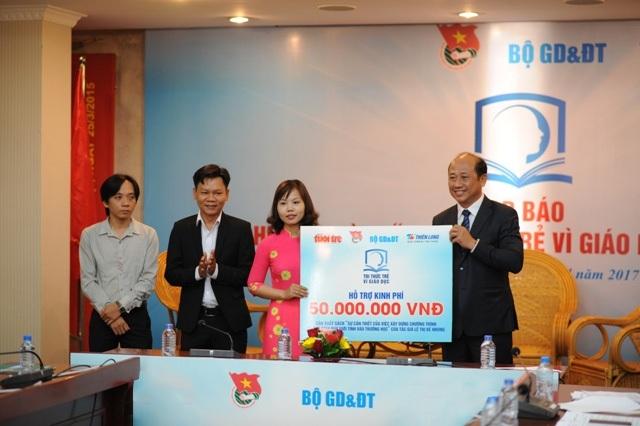 Ngoài 100 triệu tiền thưởng đã nhận được năm 2016, cô giáo Bé Nhung nhận được thêm đài thọ 50 triệu đồng chi phí biên tập, phát hành bộ sách về giáo dục giới tính cho học sinh.